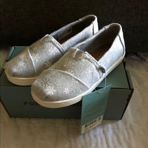 TOMS 12.5 Youth Classic shoes snowflakes NWT